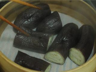 手撕茄子,将茄子取出用筷子扎一下,能轻松扎透就表示熟了