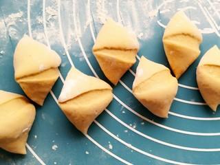 酒酿发酵馒头,豆沙包,切成大约55g一个的小剂子做馒头,30g的剂子做豆沙包。