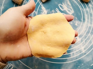 酒酿发酵馒头,豆沙包,取30g小剂子擀成小面饼。