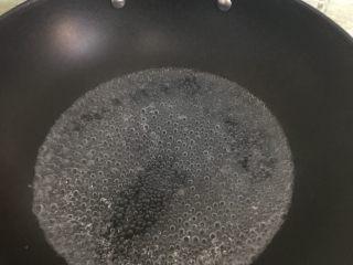 爽口豌豆凉粉,把先前称好的450克清水下锅烧开