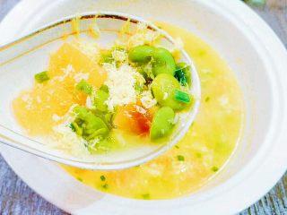 番茄&蚕豆米蛋花汤,按口味自行调整下,就可以了。撒上葱花,就可以上桌啦!