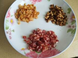 萝卜糕,腊肠,虾干,香菇切丁