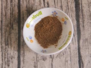 孜然干豆腐炒牛肉,先准备调料,首先放一勺孜然粉