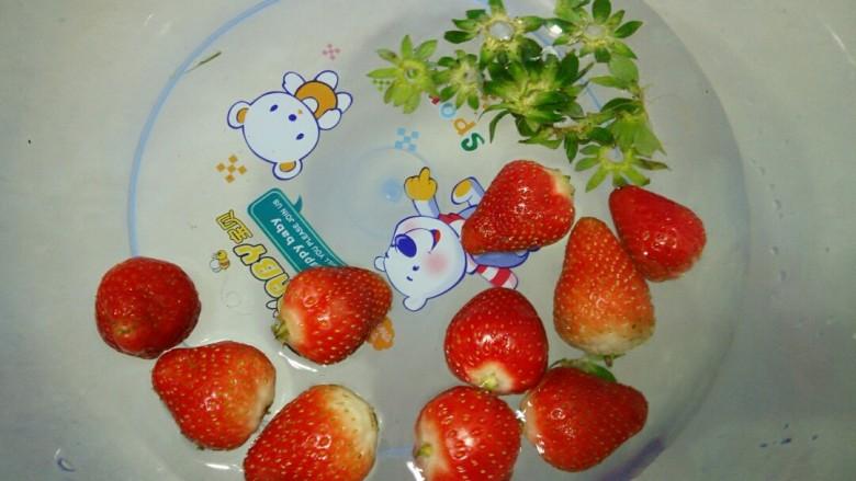 缤纷水果花生汤圆,草莓用水清洗干净