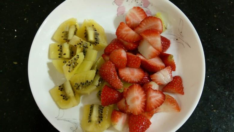 缤纷水果花生汤圆,猕猴桃去皮切丁,草莓也切丁
