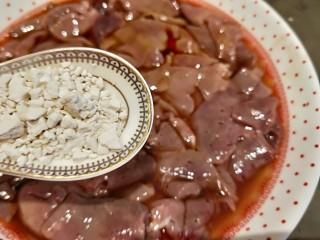爆炒猪肝,加入适量红薯粉。