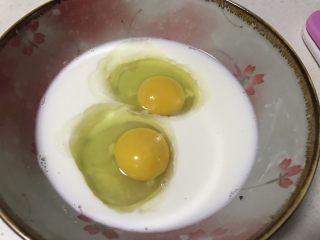 蛋奶香蕉派,面团松弛的时候制作蛋奶液: 100克牛奶中加入2个全蛋