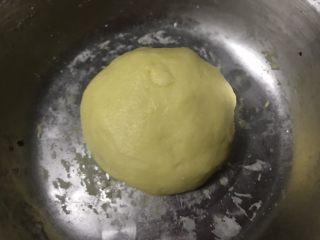 蛋奶香蕉派,倒入40克蛋液混合均匀,揉成光滑的面团