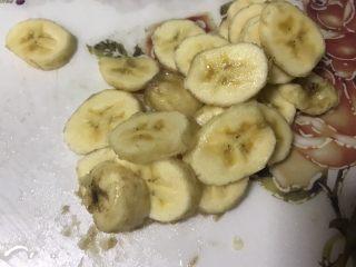 蛋奶香蕉派,一个香蕉切成片