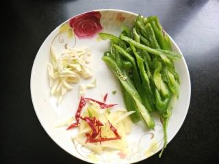 萝卜丝炒牛肉,青椒,大蒜,生姜,干辣椒切丝。