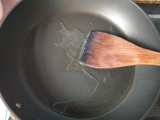 萝卜丝炒牛肉,锅内放油,烧热。