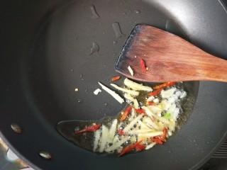萝卜丝炒牛肉,放入生姜,干辣椒爆香。