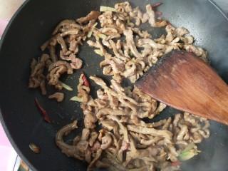 萝卜丝炒牛肉,牛肉断生后盛出。