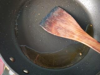 萝卜丝炒牛肉,锅内放油。