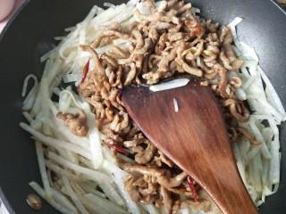 萝卜丝炒牛肉,萝卜炒软后放入牛肉。