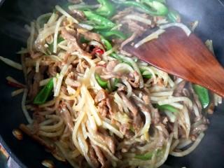 萝卜丝炒牛肉,放胡椒粉,鸡精,翻炒,可以出锅啦!