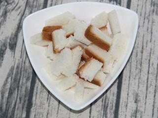 硬脆蒜香面包块,切成块
