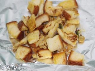 硬脆蒜香面包块,然后放在锡纸上