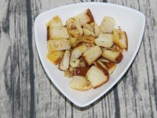 硬脆蒜香面包块,炒好盛出来