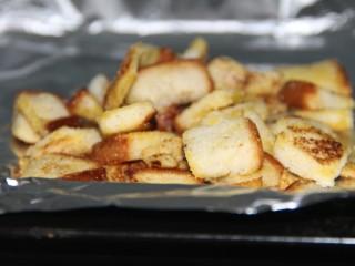 硬脆蒜香面包块,烤好的土司块是硬硬的,脆脆的