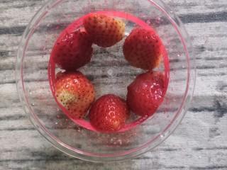 草莓奥利奥酸奶盆栽,然后找一个甜品杯,把草莓像如图那样摆好,贴着杯壁