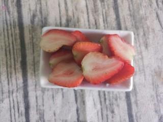 草莓奥利奥酸奶盆栽,草莓切成两半