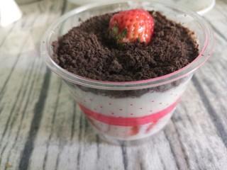 草莓奥利奥酸奶盆栽,再摆上一个草莓装饰