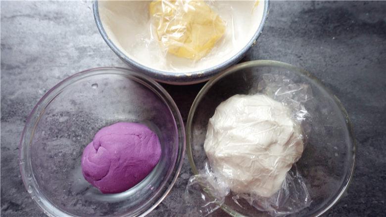 五彩汤圆,做好的三色面团,用保鲜膜盖好。