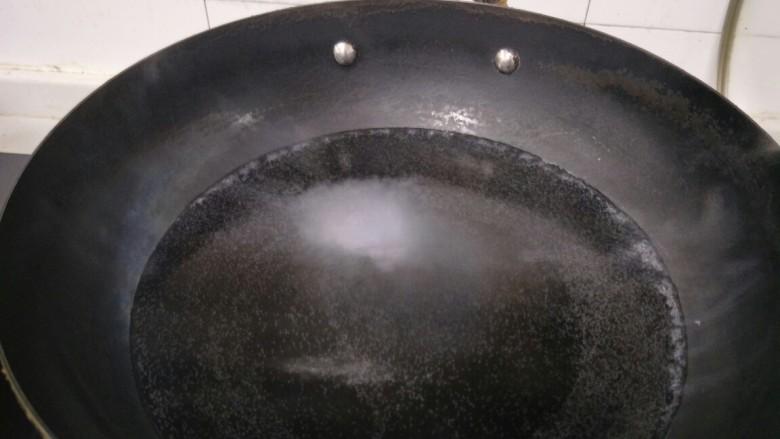 菠菜鸡蛋汤,锅里加水烧开。
