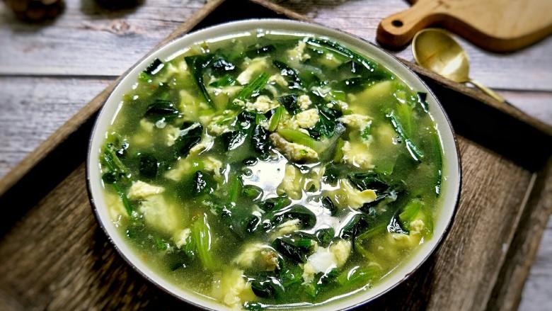 菠菜鸡蛋汤,加盐后装入大碗中。