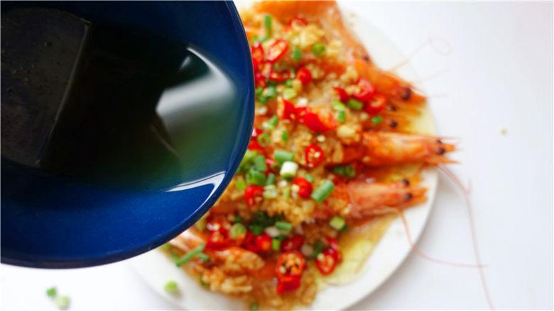 粉丝蒜蓉蒸大虾,浇一层滚油。