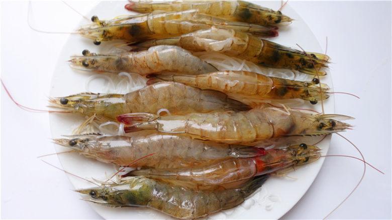 粉丝蒜蓉蒸大虾,将清理好的虾子放在粉丝面上。