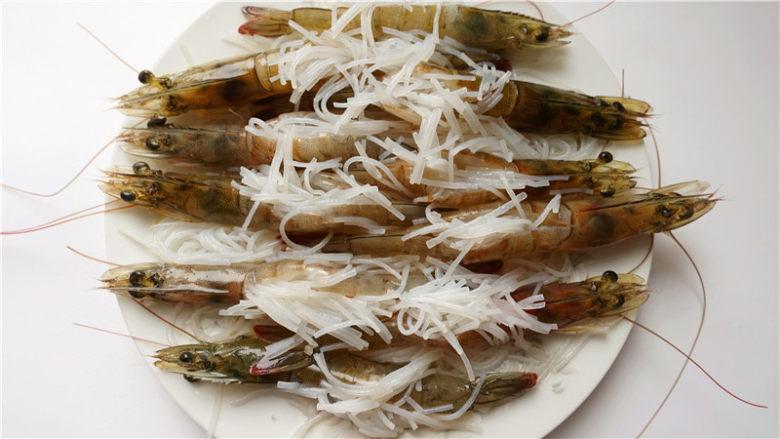 粉丝蒜蓉蒸大虾,虾背中铺上粉丝末、蒜蓉。