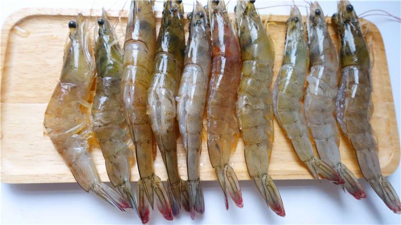 粉丝蒜蓉蒸大虾,将虾子的虾线依次清理干净。