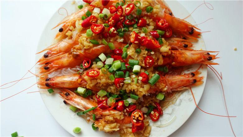 粉丝蒜蓉蒸大虾,撒辣椒、葱末。