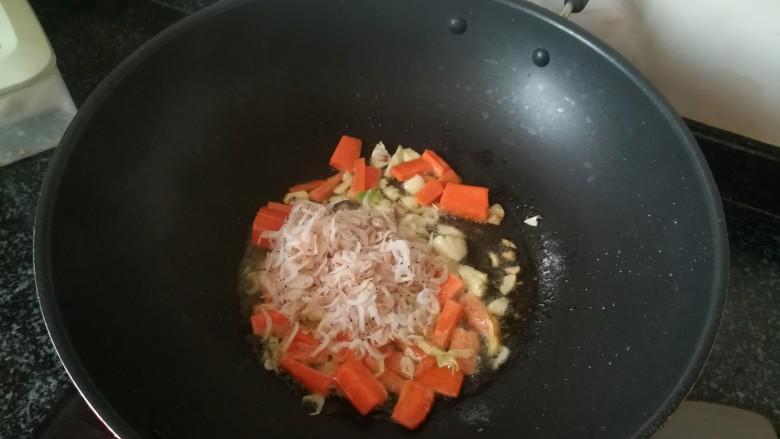 #春天的颜色#最补钙的食物,虾米炒芥菜,加入虾米翻炒