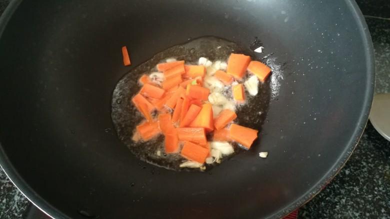 #春天的颜色#最补钙的食物,虾米炒芥菜,油稍热后,下蒜末和胡萝卜爆炒