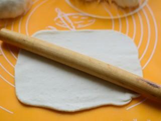 如意豆沙包,每个小面团擀成长方形