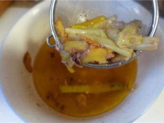 盐水鸭,将剩余的汤汁里的葱姜捞出。