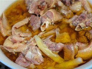 盐水鸭,将蒸好的鸭肉取出。