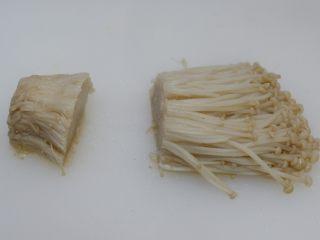 凉拌金针菇 ,过凉后沥干水份,切掉根部