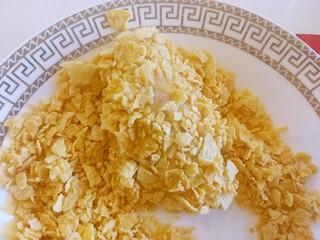 薯片鸡翅~把孩子爱吃的放在一起,最后把鸡翅放进薯片碎里面,让鸡翅裹满薯片碎