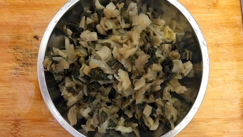 杭帮经典菜の肉片炒二冬,如图所示,将冬腌菜切碎(稍微切的碎一点)