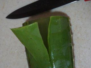 芦荟水果沙拉,芦荟先用清水清洗干净表面,然后用刀削皮