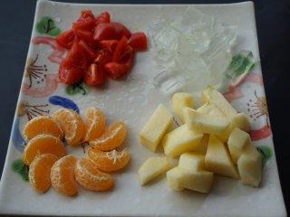 芦荟水果沙拉,将橘子掰成小瓣;苹果去皮切成小丁;圣女果切成小块;芦荟切成小丁待用