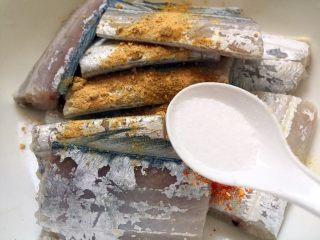 香煎带鱼,放盐调味