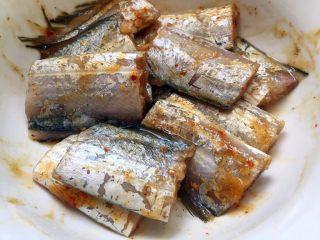 香煎带鱼,搅拌均匀,腌制1小时