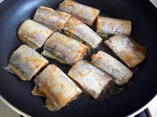香煎带鱼,平底锅放油烧热,放入腌制好的带鱼