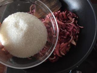 百香果果脯,然后将切好的百香果倒入锅中,加入白砂糖