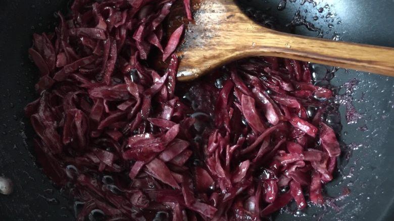 百香果果脯,一直煮至收汁时转小火,此刻要用铲不断的翻拌